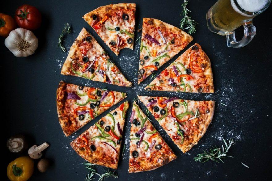 Pizzeria Agira in Ulm mit spezieller traditioneller knuspriger Pizza aus Italien.